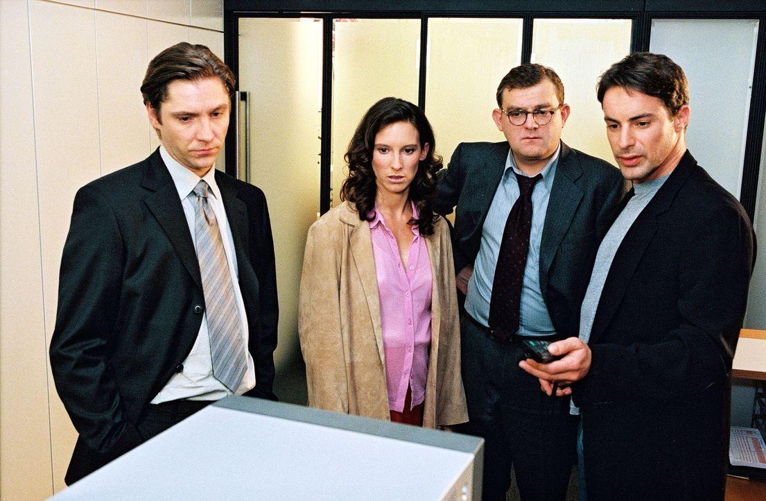 Kommissar Brandtner (Gedeon Burkhard, r.) lässt sich in der Privat-Bank von Kassierer Czermak (Nicki von Tempelhoff, l.), Sekretärin Tina Baumann (M... - Bildquelle: Ali Schafler Sat.1