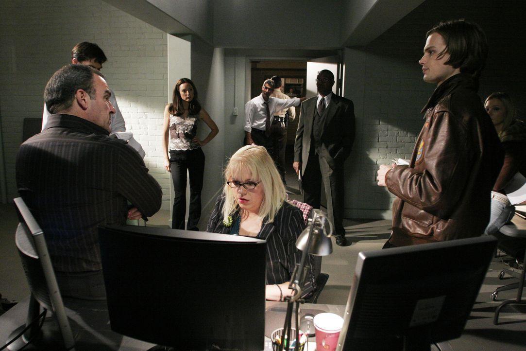 Haben einen schwierigen Fall zu lösen: Special Agent Jason Gideon (Mandy Patinkin, l.), Agent Aaron Hotchner (Thomas Gibson, 2.v.l.), Agentin Elle G... - Bildquelle: Cliff Lipson 2006 TOUCHSTONE TV.  All rights reserved.  NO ARCHIVING, NO RESALE.