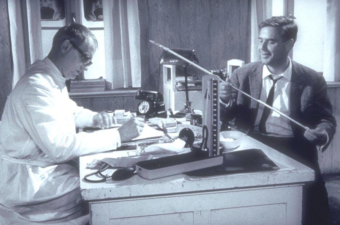 Inspektor Wade (Joachim Fuchsberger, r.) zeigt Doktor Collins (Richard Munch, l.) die Harpune, mit der ein brutaler Mörder seine Opfer tötet. - Bildquelle: Constantin Film