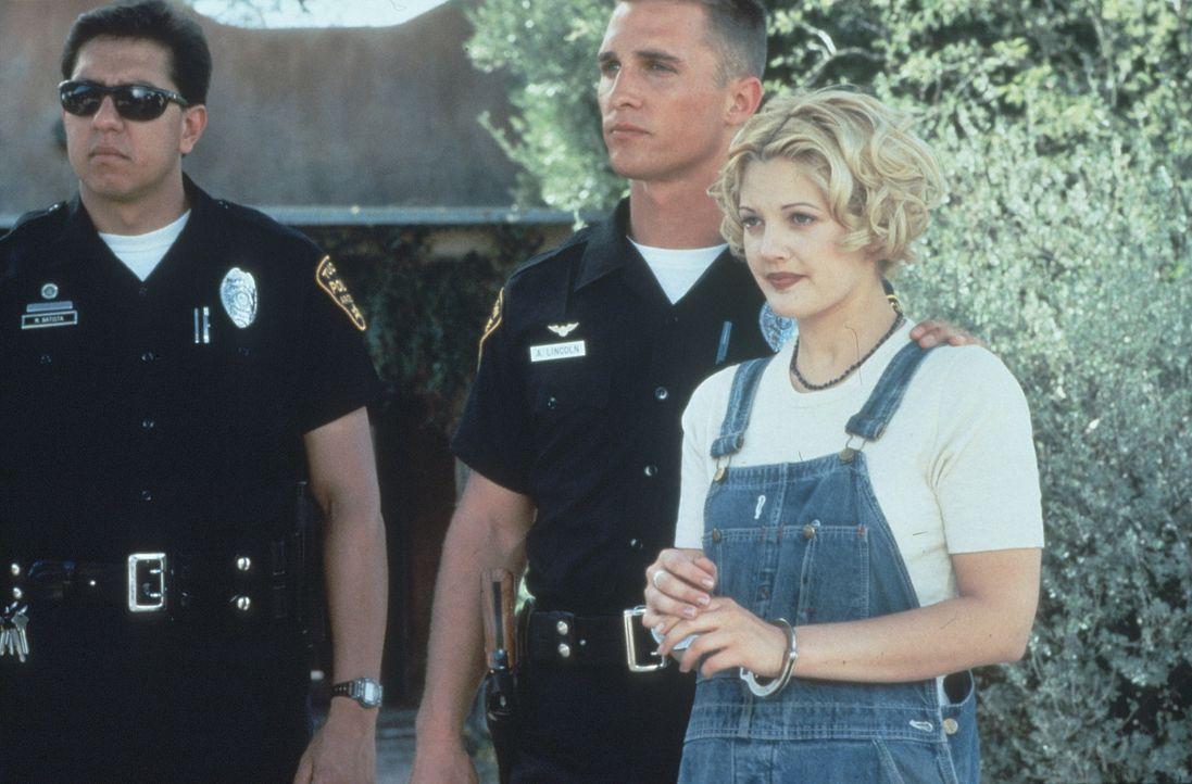 Leider muss Abe (Matthew McConaughey, M.) die süße Holly (Drew Barrymore, r.) wegen Mordverdacht festnehmen ... - Bildquelle: Warner Bros.