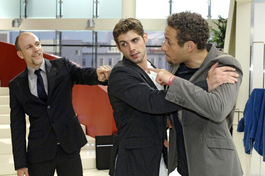 Jonas (Roy Peter Link, M.) hält Jannick (Mike Adler, r.) zurück, als dieser wütend auf Gerrit (Lars Löllmann, l.) losgeht. - Bildquelle: Oliver Ziebe Sat.1