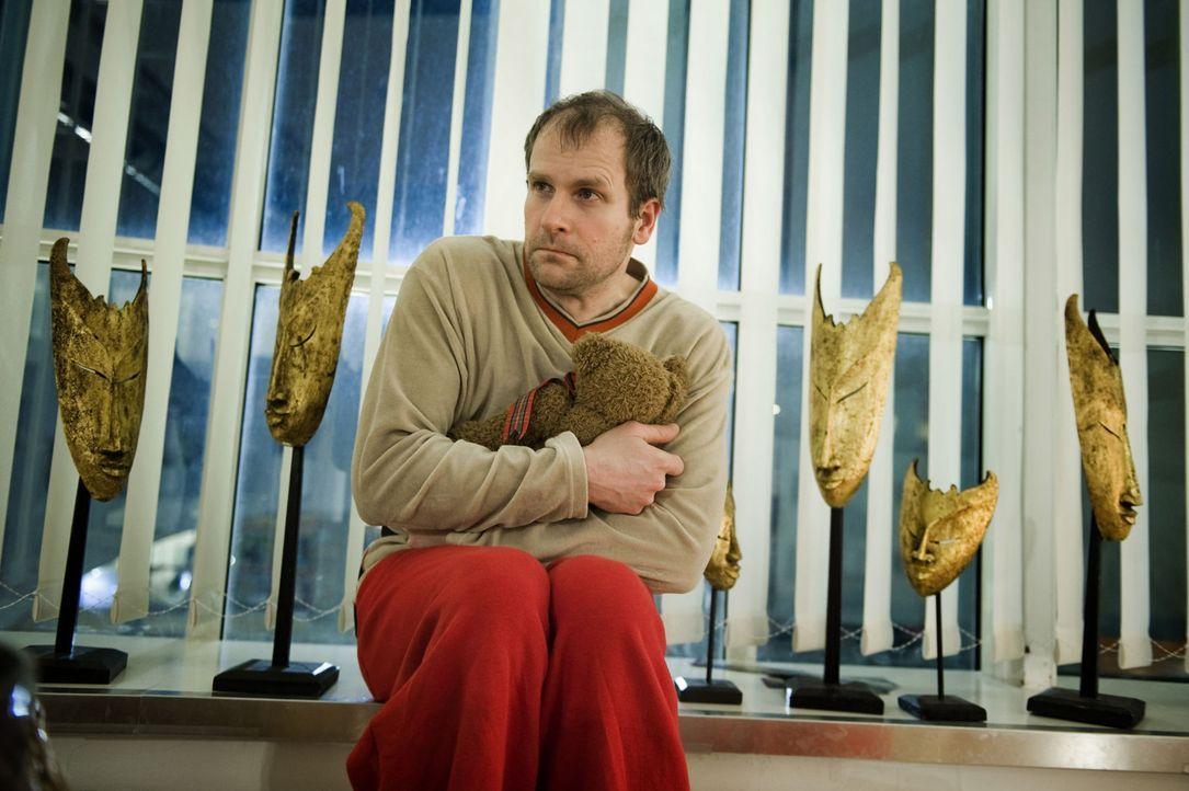 Wer hat die junge Lehrerin umgebracht? War es der kontaktscheue, einsame Arne Pohl (Thomas Limpinsel), der Julia ständig anrief und ihr heimlich auf... - Bildquelle: Martin Rottenkolber SAT.1