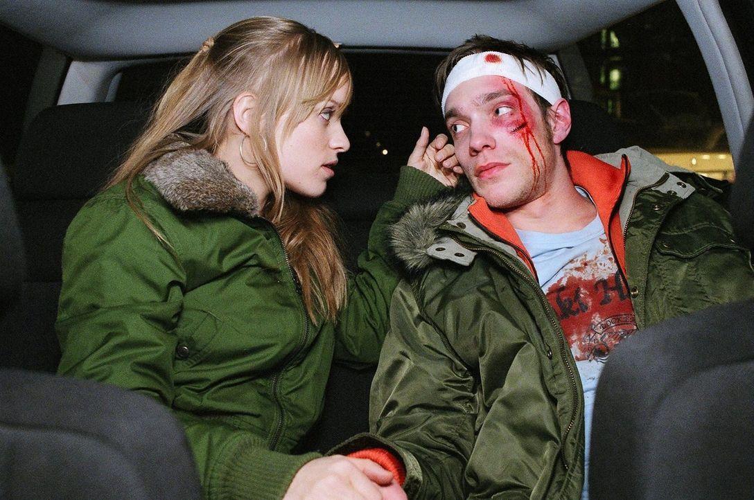 Sascha (Christoph Luser, r.), der von den Taxifahrern verprügelt wurde, und Andrea (Friederike Kempter, l.) bestreiten energisch, etwas mit dem Tod... - Bildquelle: Thekla Ehling Sat.1