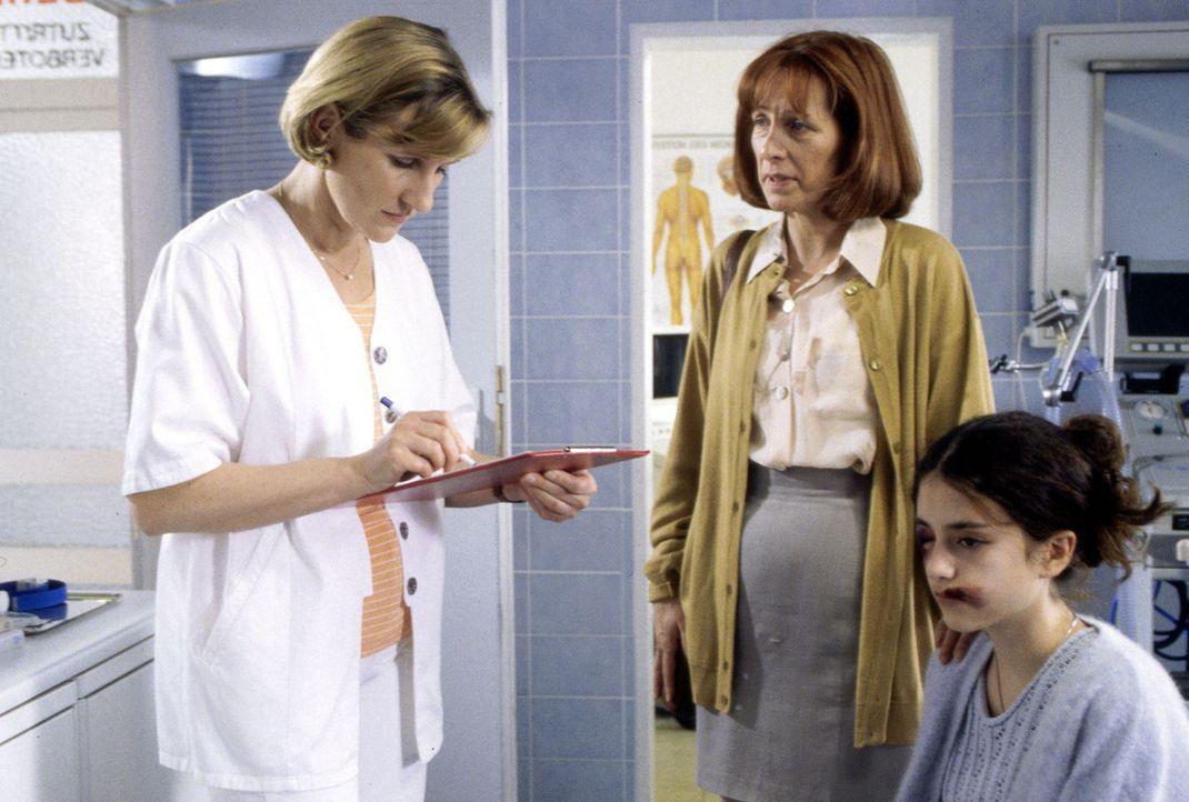 Michaela Otting (Lotte Letschert, r.) wird von ihrer Mutter (Annette Kreft, M.) nach einem Selbstmordversuch in die Lüders-Klinik gebracht. Schweste... - Bildquelle: Andreas Stetter Sat.1