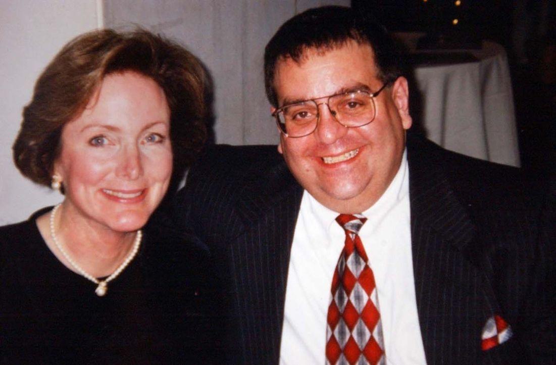 November 2004 werden sie von ihrem eigenen Sohn Christopher angegriffen: Peter (r.) und Joan Porco (l.) ...