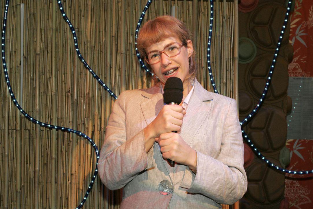Lisa (Alexandra Neldel) singt voller Hingabe in Davids Richtung und bemerkt nicht, dass nur noch sie allein auf der Bühne steht und alle entsetzt au... - Bildquelle: Noreen Flynn Sat.1
