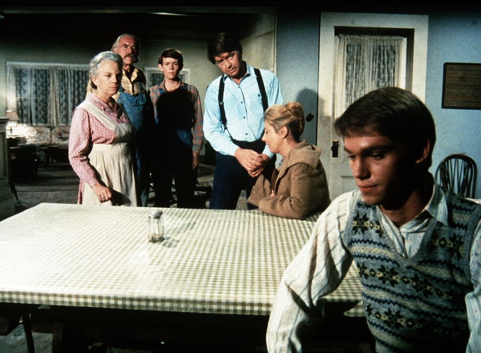 Ester (Ellen Corby, l.), Sam (Will Geer, 2.v.l.), John (Ralph Waite, M.) und Olivia (Micheal Learned, 2.v.r.) versuchen John-Boy (Richard Thomas, r.... - Bildquelle: WARNER BROS. INTERNATIONAL TELEVISION
