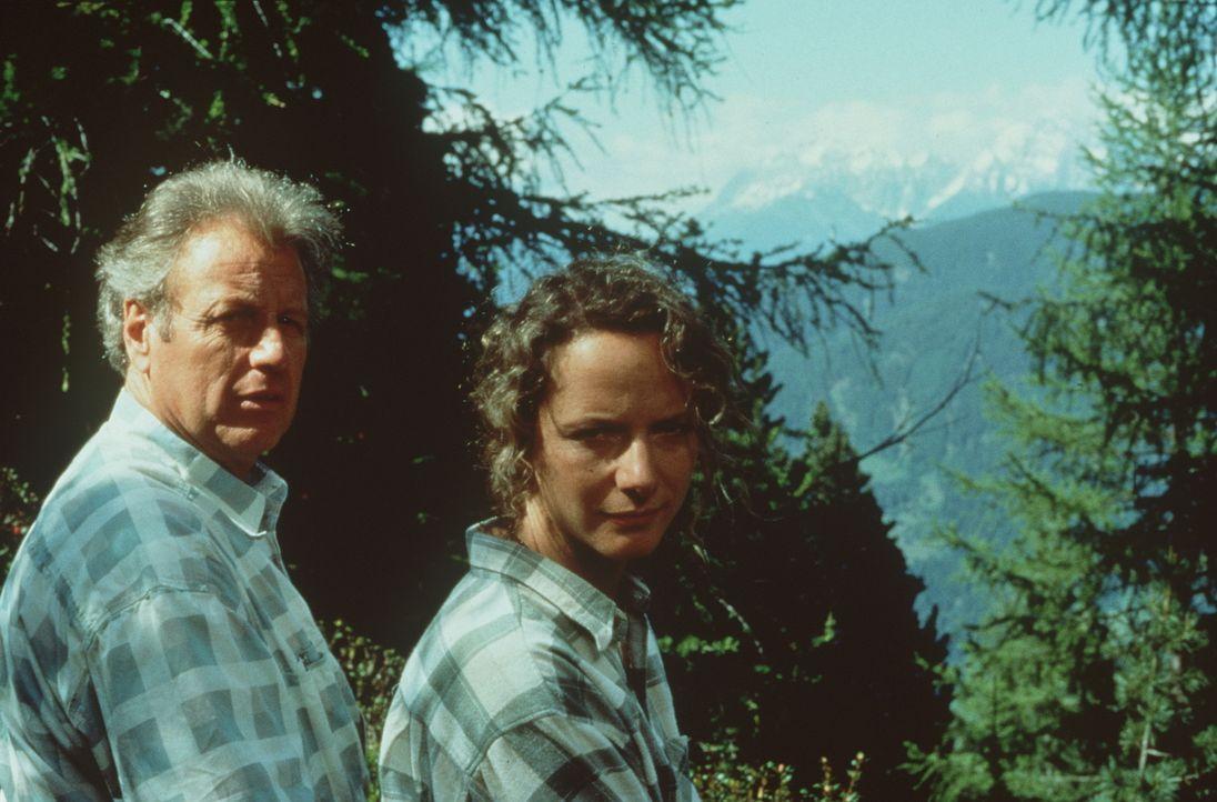 Dr. Thomas Burgner (Gerhart Lippert, l.); Laura Sterneck (Karina Thayenthal, r.) - Bildquelle: Beta Film GmbH