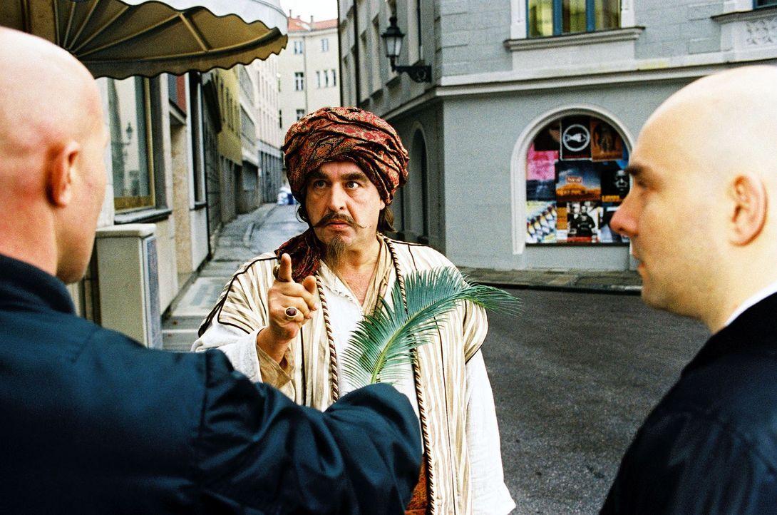 Da werden Skins zu Eunuchen: Onkel Assis (Oliver Nägele, M.) lässt seine Zauberkräfte sinnvoll walten. - Bildquelle: Jörg Klaus Sat.1