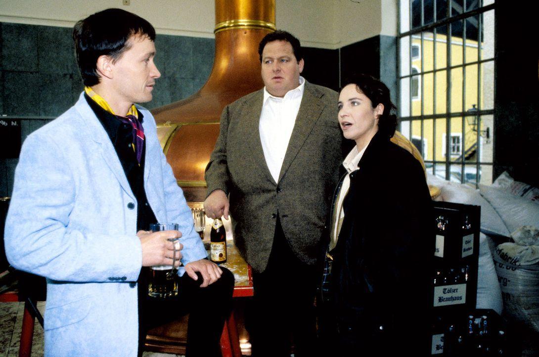 Kommissar Berghammer (Ottfried Fischer, M.) und seine Kollegin Sabrina (Katerina Jacob, r.) wollen wissen, warum Gustl Bachmaier (Thomas Darchinger,... - Bildquelle: Magdalena Mate Sat.1