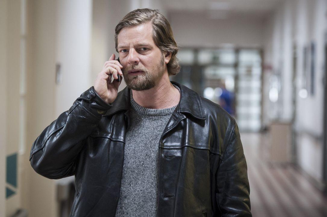 Schon bald findet Mick (Henning Baum) heraus, dass das Mordopfer immer erst mitten in der Nacht nach Hause kam, obwohl das Restaurant, in dem er arb... - Bildquelle: Martin Rottenkolber SAT.1 / Martin Rottenkolber