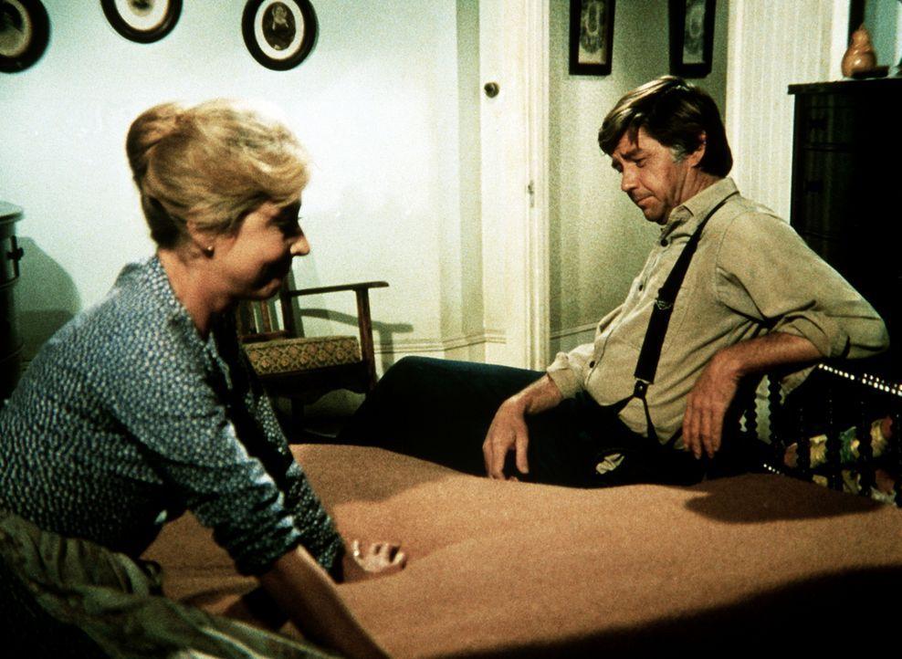 John Walton (Ralph Waite, r.) bespricht mit seiner Frau Olivia (Michael Learned, l.), ob sie das Angebot des Maklers wirklich annehmen sollen. - Bildquelle: WARNER BROS. INTERNATIONAL TELEVISION