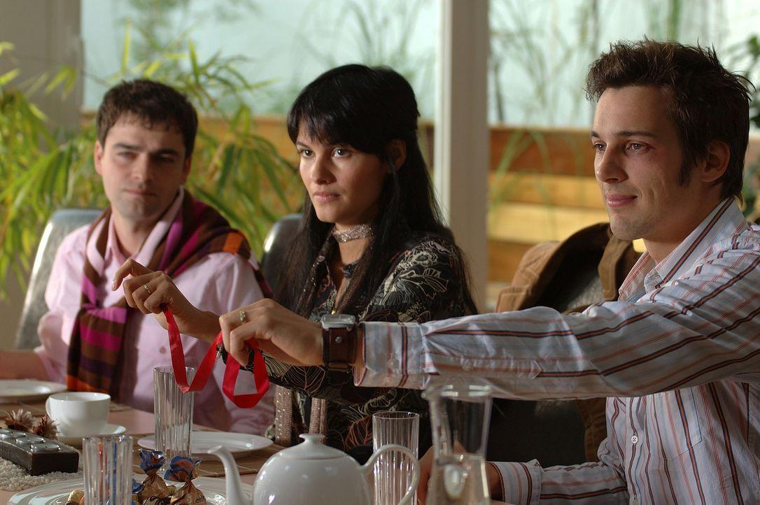 Die Verlobungsfeier von Götz (Florian David Fitz, r.) und der Türkin Aylin (Mandala Tayde, M.) endet in einem Fiasko ... - Bildquelle: Dirk Plamböck ProSieben