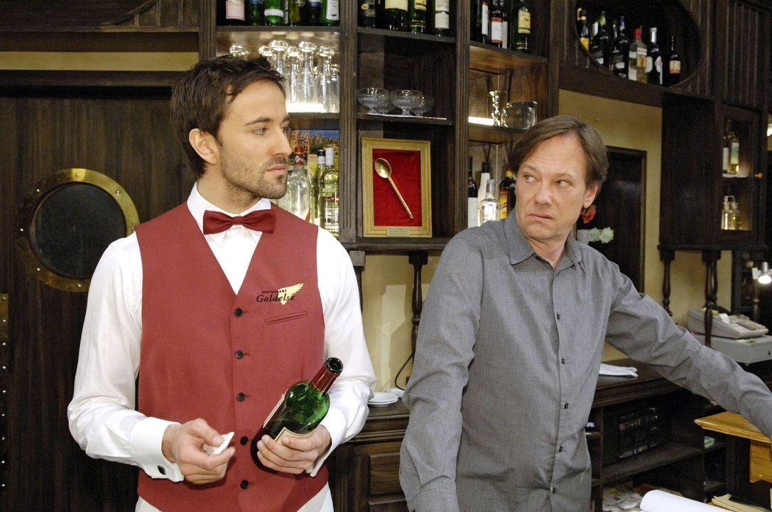 Armin (Rainer Will, r.) kann seine Eifersucht auf Georg (Peter Günther, l.) und dessen Weinwissen nur schlecht verbergen. - Bildquelle: Claudius Pflug Sat.1