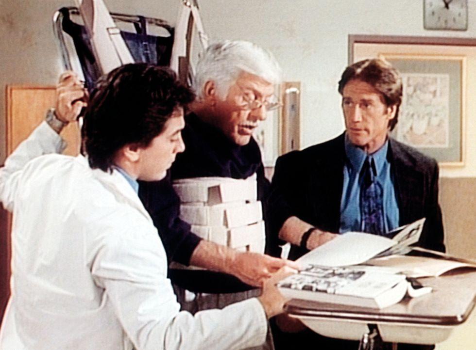 Jack (Scott Baio, l.), Dr. Sloan (Dick Van Dyke, M.) und Steve (Barry Van Dyke, r.) sehen sich die Polizeifotos vom Unfallort an. Mark Sloan ist dav... - Bildquelle: Viacom