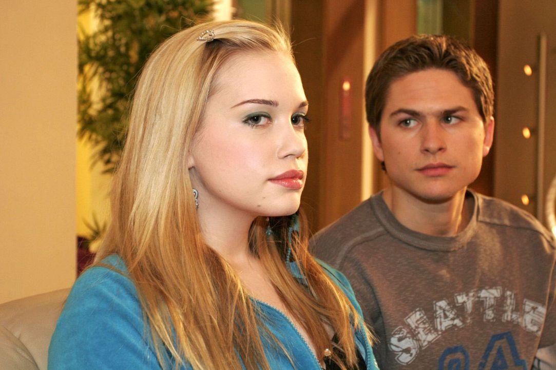 Timo (Matthias Dietrich, r.) und Kim (Lara-Isabelle Rentinck, l.) kommen bei einer Aussprache frustriert zu dem Schluss, dass sie einfach nicht zuei... - Bildquelle: Noreen Flynn Sat.1