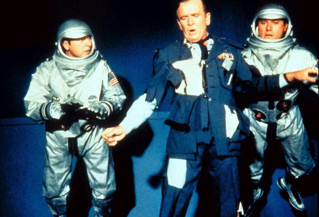 Dier Astronauten Tony (Larry Hagman, r.) und Roger (Bill Daily, l.) versuchen, Dr. Bellows (Hayden Rorke) zu helfen. - Bildquelle: Columbia Pictures