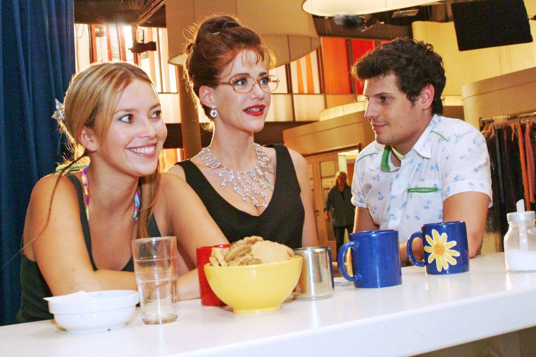 Lisa lässt sich von Rokko überreden, ihre Aufmachung beizubehalten - er möchte sie zunächst zum Essen ausführen. v.l.n.r.: Hannah (Laura Osswald), L... - Bildquelle: Monika Schürle Sat.1