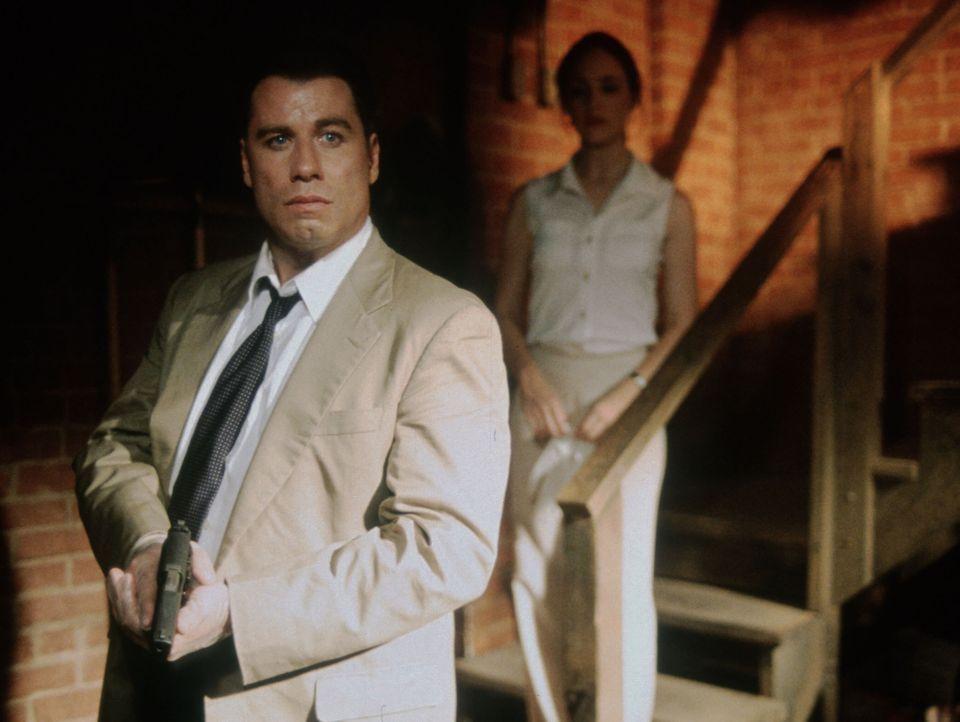 Während der Untersuchungen des Mordes an einem weiblichen Captain wird Sara Sunhill (Madeleine Stowe, r.) und Paul Brenner (John Travolta, l.) bald... - Bildquelle: TM & Copyright   2017 by Paramount Pictures. All rights reserved.