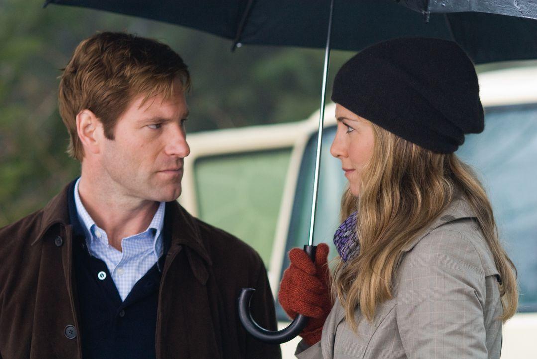 Ohne dass er es wirklich bemerkt, hilft die bezaubernde Blumenhändlerin Eloise (Jennifer Aniston, r.) dem Trauerguru Dr. Burke Ryan (Aaron Eckhart,... - Bildquelle: Universal Pictures