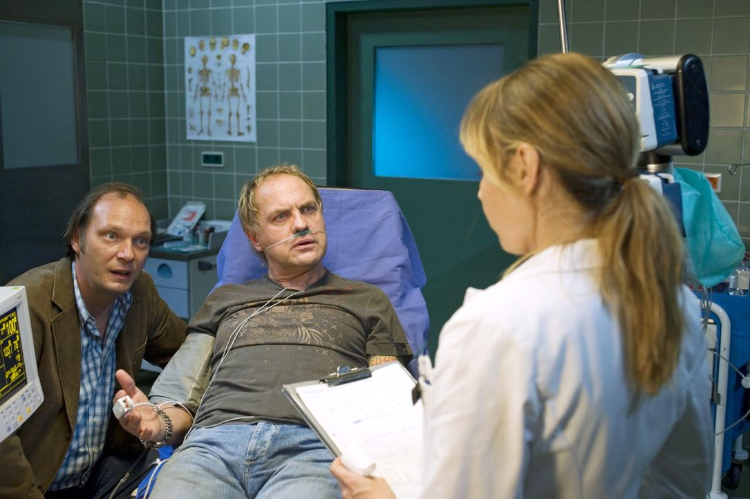 Wolfi (Martin Brambach, l.) bringt seinen Freund Carlo (Uwe Ochsenknecht, M.) mit starken Herzschmerzen ins Krankenhaus. Dort wird Carlo von Ellen (... - Bildquelle: Gordon Mühle Sat.1