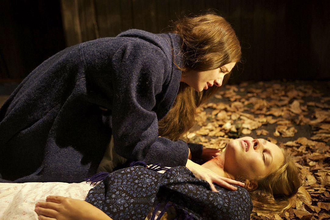 Eines Abends wird Gesas (Josefine Preuß, l.) Mitschülerin Lotte (Alicia von Rittberg, r.) von einem maskierten Mann angegriffen, entkommt sie nur kn... - Bildquelle: Jiri Hanzl SAT.1