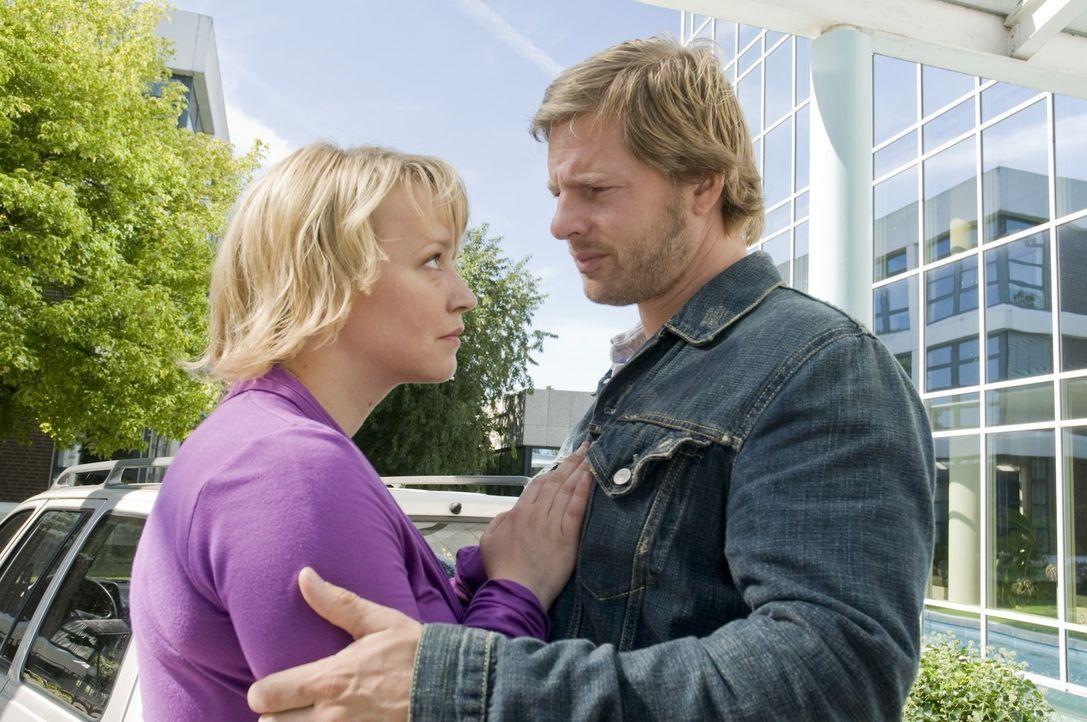 Mick (Henning Baum, r.) liebt Lisa (Floriane Daniel, l.) immer noch. Doch seine Frau hat sich ein neues Leben mit dem Polizei-Pathologen aufgebaut ... - Bildquelle: Martin Rottenkolber SAT.1