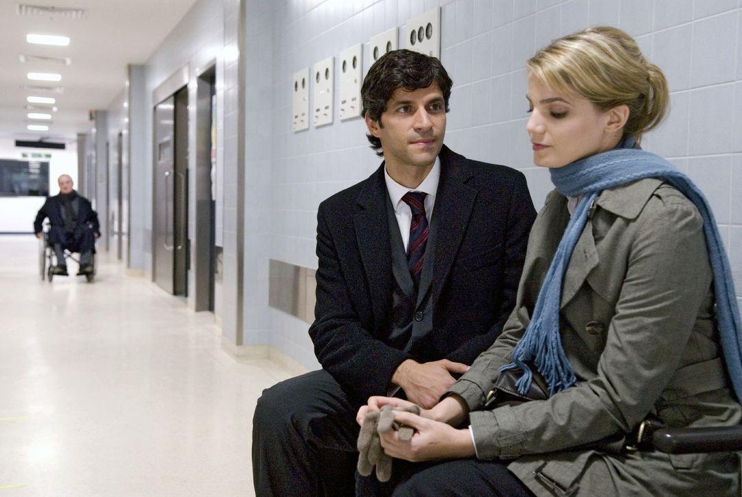 Im Krankenhaus begegnet Peter (Pasquale Aleardi, l.) der schönen Unbekannten - Marie (Rike Schmid, r.) - erneut. - Bildquelle: Stephan Rabold Sat.1