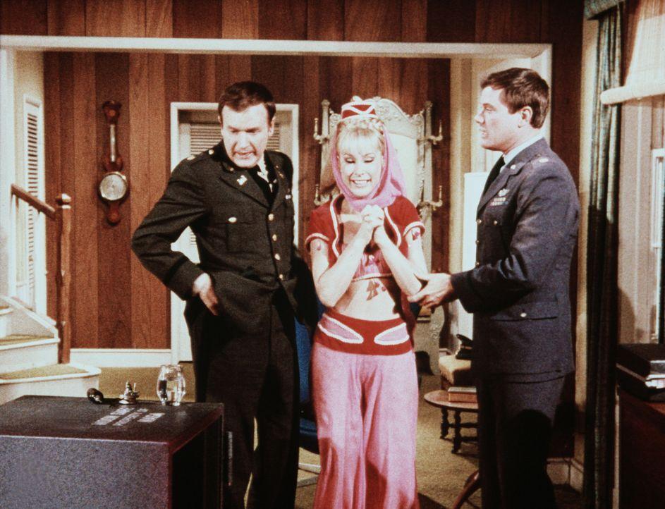 Endlich ist Jeannie (Barbara Eden, M.) befreit und steht in voller Größe neben Roger (Bill Daily, l.) und Tony (Larry Hagman, r.), die wirklich ihr... - Bildquelle: Columbia Pictures