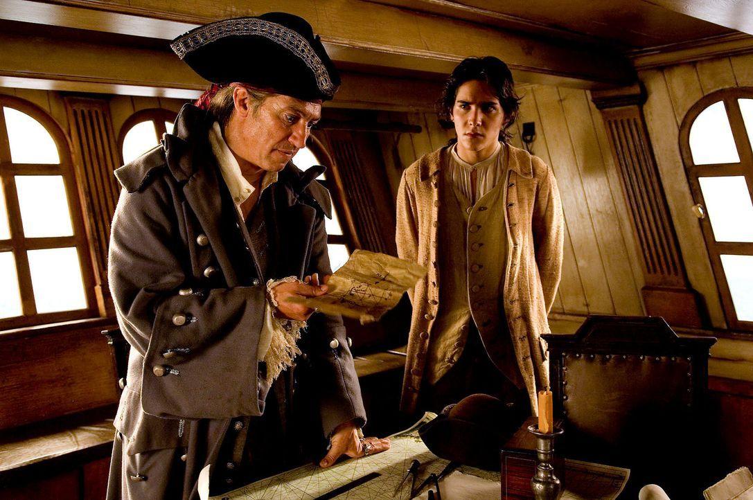 """Als Long John Silver (Tobias Moretti, l.) als Schiffskoch auf der """"Hispaniola"""" anheuert, ahnt niemand, dass Silver ein berüchtigter Pirat auf Schatz... - Bildquelle: Gordon Mühle ProSieben"""