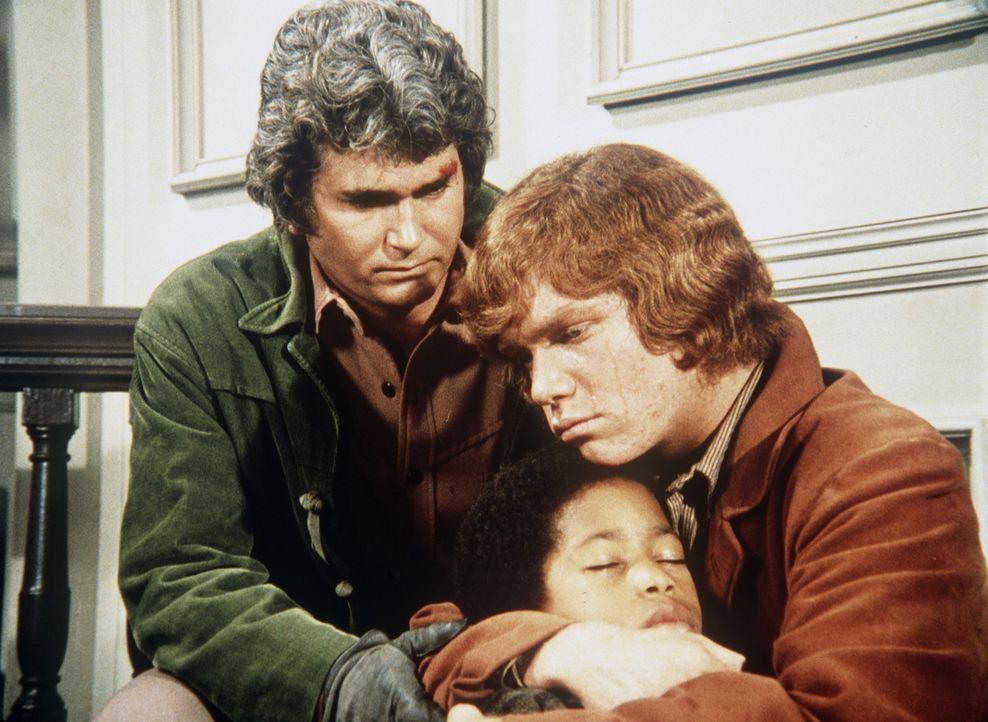 Voller Entsetzen halten Little Joe Cartwright (Michael Landon, l.) und Jamie (Mitch Vogel, r.) den siebenjährigen Jonah (Edward Crawford, M.) in den... - Bildquelle: Paramount Pictures