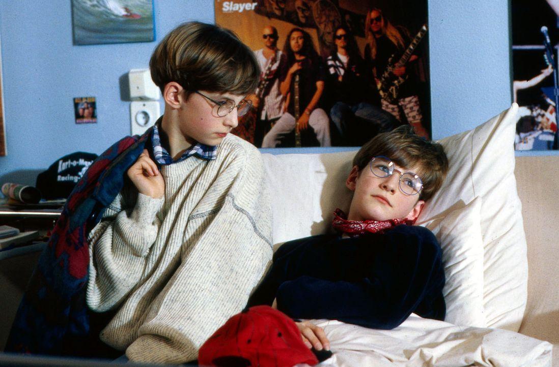 Til (Sven Depke, r.) ist mit Bauchschmerzen in die Kinderklinik eingeliefert worden. Trotz starker Beschwerden will er aber unbedingt beim Go-Kart-R... - Bildquelle: Bernd Spauke Sat.1