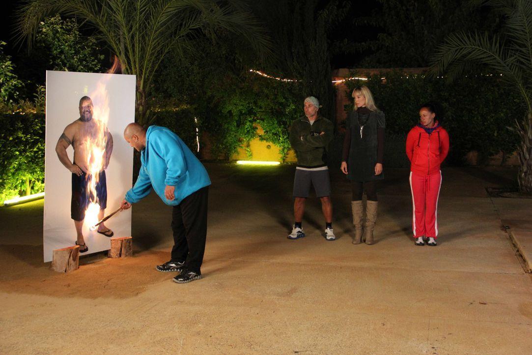 Dr. Christine Theiss (M.) und die Trainer schauen stolz zu, wie die sehr viel schlankeren Kandidaten Aufsteller ihres alten Ichs verbrennen. - Bildquelle: SAT.1