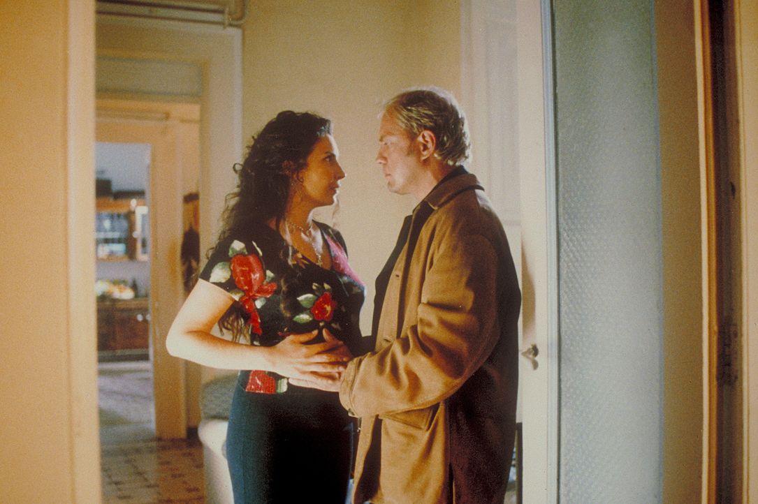 Will Hendrik (Uwe Ochsenknecht, r.) nicht nur ein Kind von der attraktiven Leihmutter Giuliana (Maria Pia Calzone, l.)? - Bildquelle: ProSieben