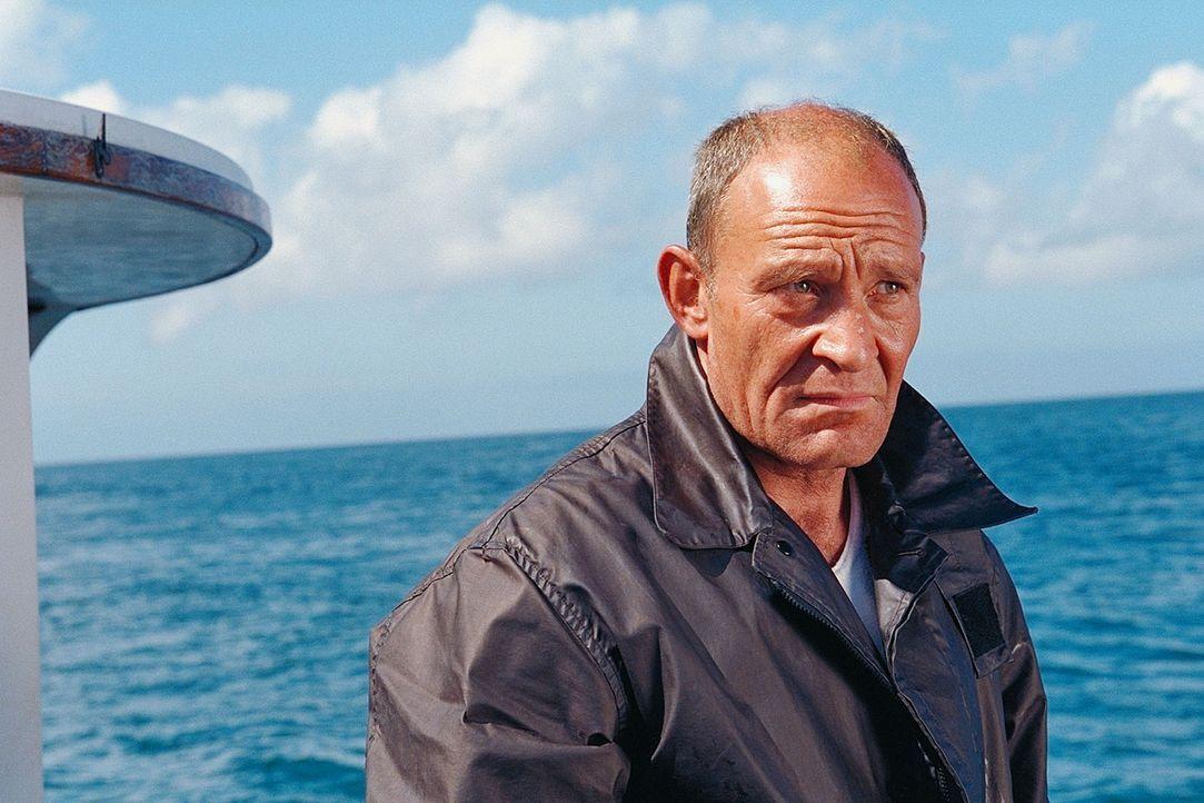 Björn (Michael Mendl) scheint der einzige Inselbewohner zu sein, der Claire freundlich aufnimmt. Immer wieder drängt er darauf, dass sie die Insel a... - Bildquelle: ProSieben / Wilkins und Klick
