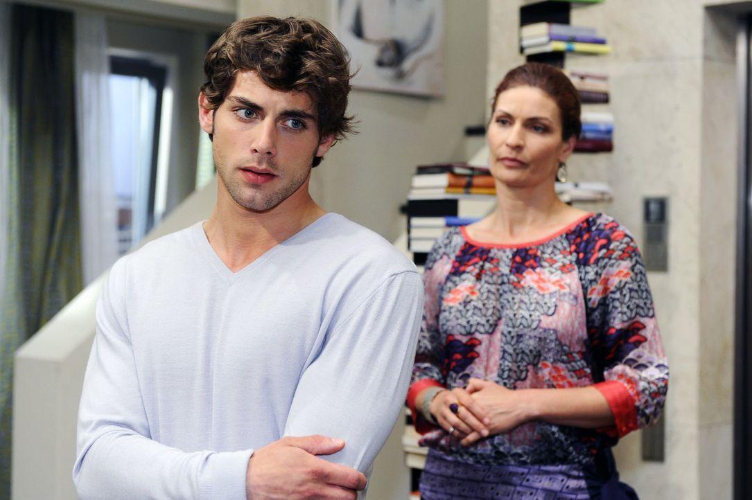 Jonas (Roy Peter Link, l.) ist überrascht, dass Natascha (Franziska Matthus, r.) ihn unterstützen will. - Bildquelle: Oliver Ziebe Sat.1