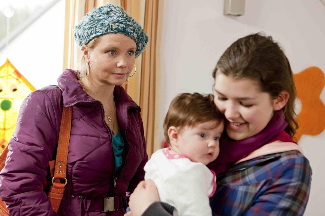 Stefanie Kemper (Emma Grimm, r.) wendet sich hilfesuchend an Danni (Annette Frier, l.), man wolle ihr Tochter Lilly wegnehmen. Danni staunt, denn St... - Bildquelle: Frank Dicks SAT.1