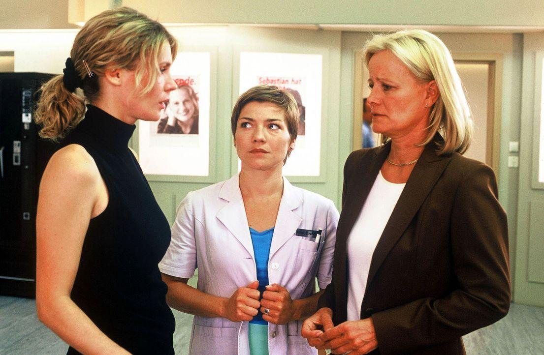 Helga Blank (Claudia Rieschel, r.) und ihre Tochter Kirsten (Jeannette Arndt, l.) sind über die Nachricht schockiert, dass sowohl Vater als auch Toc... - Bildquelle: Norbert Kuhroeber Sat.1
