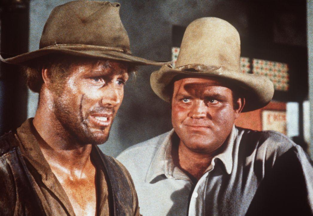 Hoss Cartwright (Dan Blocker, r.) versucht seinem Freund Arnie (Cal Bolder, l.) zu erklären, dass er von der Bardame Sherry keine echten Gefühle erw... - Bildquelle: Paramount Pictures