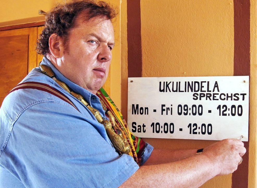 """Aus Otto Huber (Ottfried Fischer) wird """"König Otto der Erste von Bokanda""""! Damit seine """"Untertanen"""" auch stets wissen, wann sie ihren König antreffe... - Bildquelle: Blid Alsbirk Sat.1"""