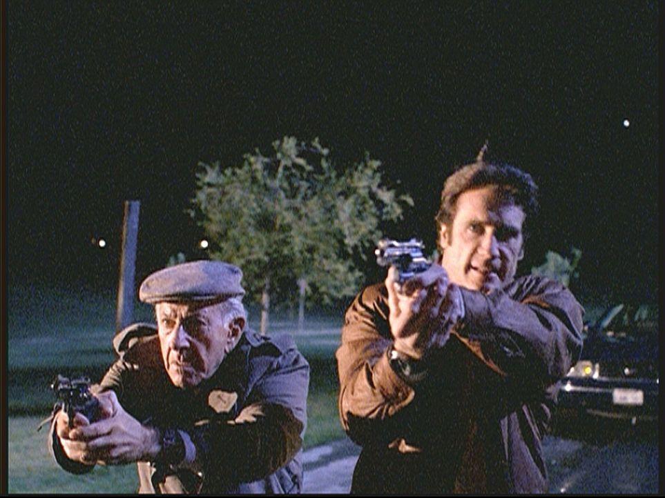 Harry Trumble (Jack Klugman, l.) und Steve (Barry Van Dyke, r.) ertappen einen Vergewaltiger und Mörder auf frischer Tat ... - Bildquelle: Viacom