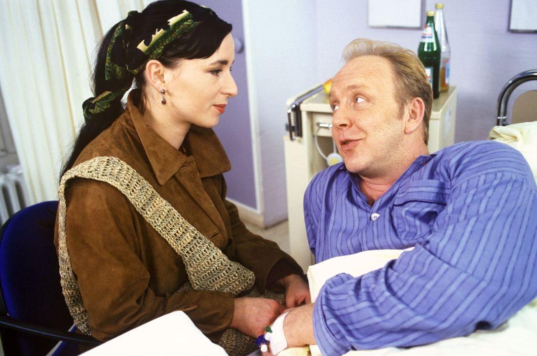 Als Leo Kladen (Christian Tasche, r.) erfährt, dass seine Frau Bettina ihn verlassen wird, bricht er zusammen und gefährdet mutwillig sein Leben. De... - Bildquelle: Noreen Flynn Sat.1