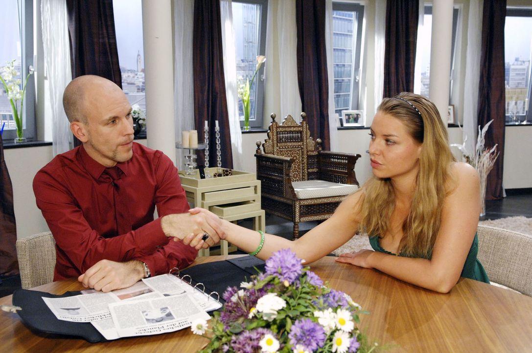 Katja (Karolina Lodyga, r.) bietet Gerrit (Lars Löllmann, l.) an, mit ihm gemeinsam gegen Alexander vorzugehen ... - Bildquelle: Claudius Pflug Sat.1