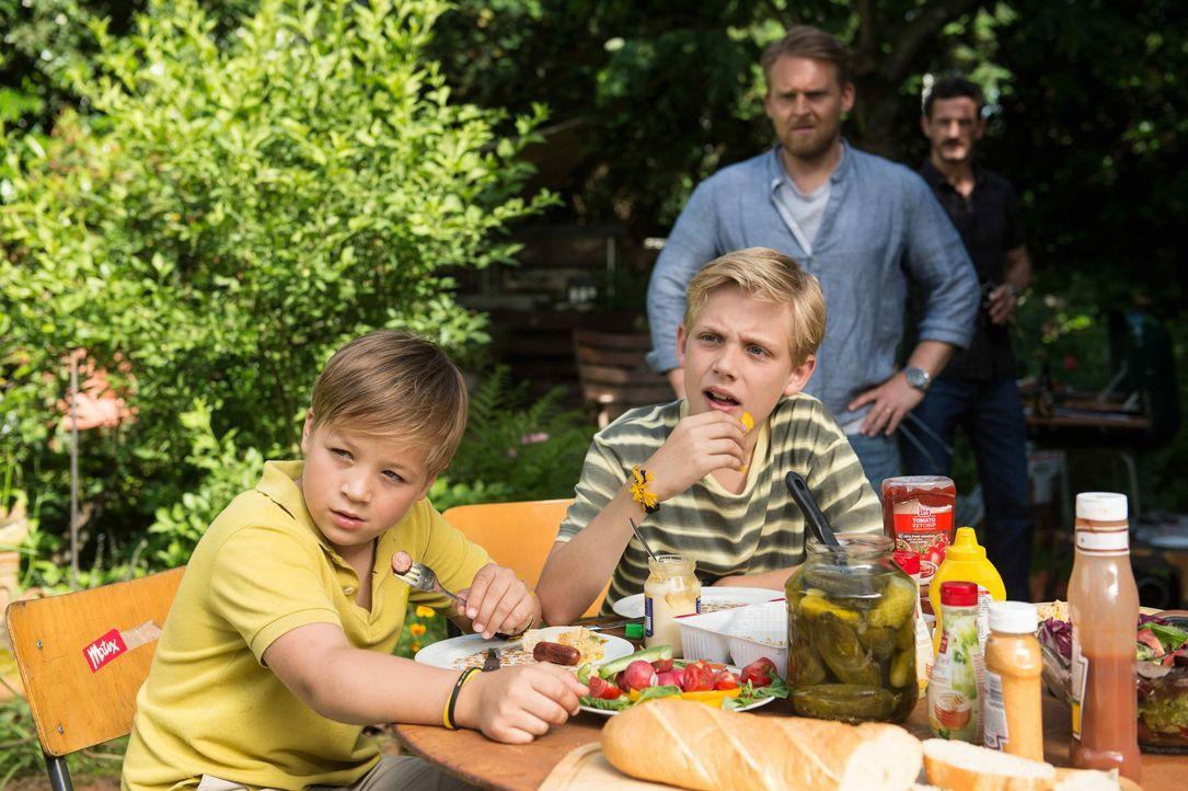 """Nach und nach können sich sogar Theo (Jamie-Dean Schmelzer, r.) und Max (Jonas Oeßel, l.) mit dem Gedanken anfreunden, eine """"neue"""" Mutter zu haben .... - Bildquelle: Willi Weber SAT.1"""