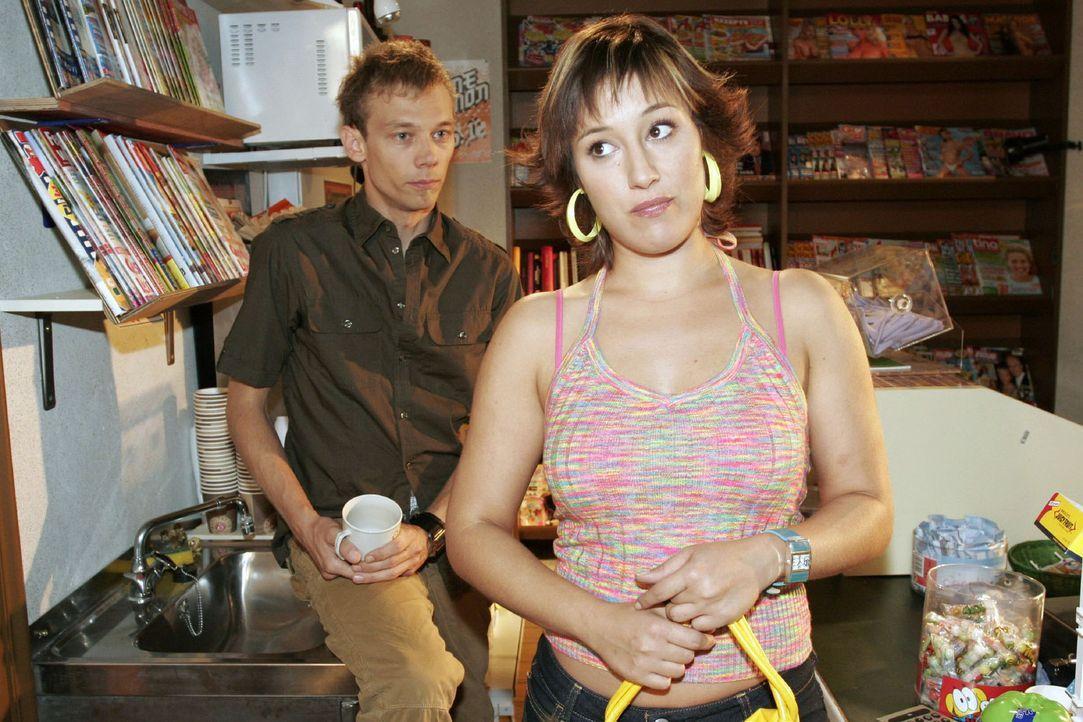 Yvonne (Bärbel Schleker, r.) ist sprachlos angesichts dessen, was Jürgen (Oliver Bokern, l.) ihr über seine Nacht mit Lisa berichtet ... - Bildquelle: Noreen Flynn Sat.1