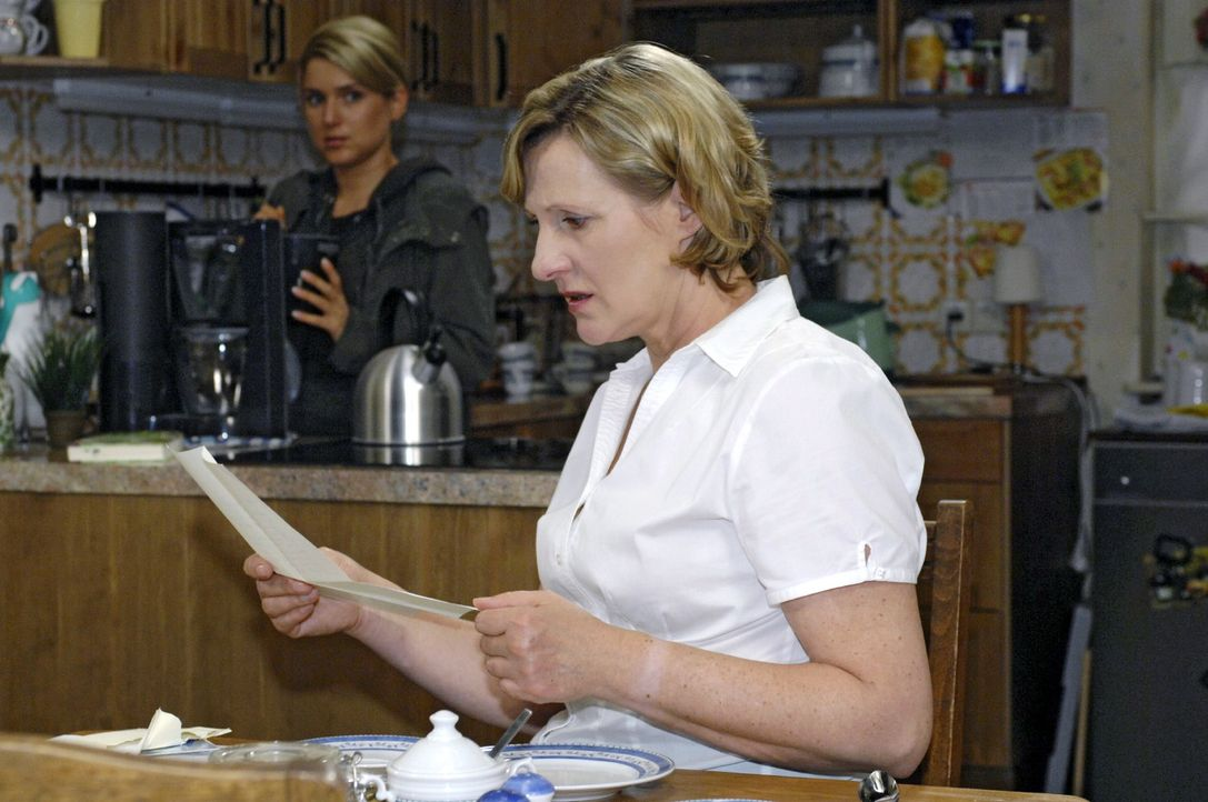 Anna (Jeanette Biedermann, l.) beobachtet, wie Susanne (Heike Jonca, r.) den Brief liest, der angeblich von ihrem Vater stammt. - Bildquelle: Oliver Ziebe Sat.1