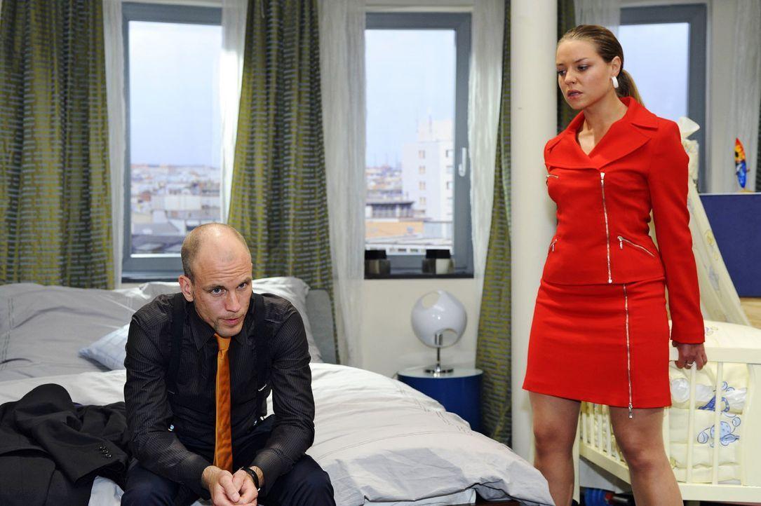 Gerrit (Lars Löllmann, l.) hat herausgefunden, dass er der Vater von Katjas (Karolina Lodyga, r.) Kind ist und nutzt dieses Wissen schamlos aus ... - Bildquelle: Oliver Ziebe Sat.1