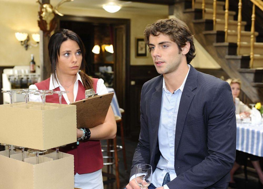 Jonas(Roy Peter Link, r.) meint es diesmal wirklich ernst mit seiner Trennung von Katja und offenbart sich Paloma (Maja Maneiro, l.) ... - Bildquelle: Oliver Ziebe Sat.1