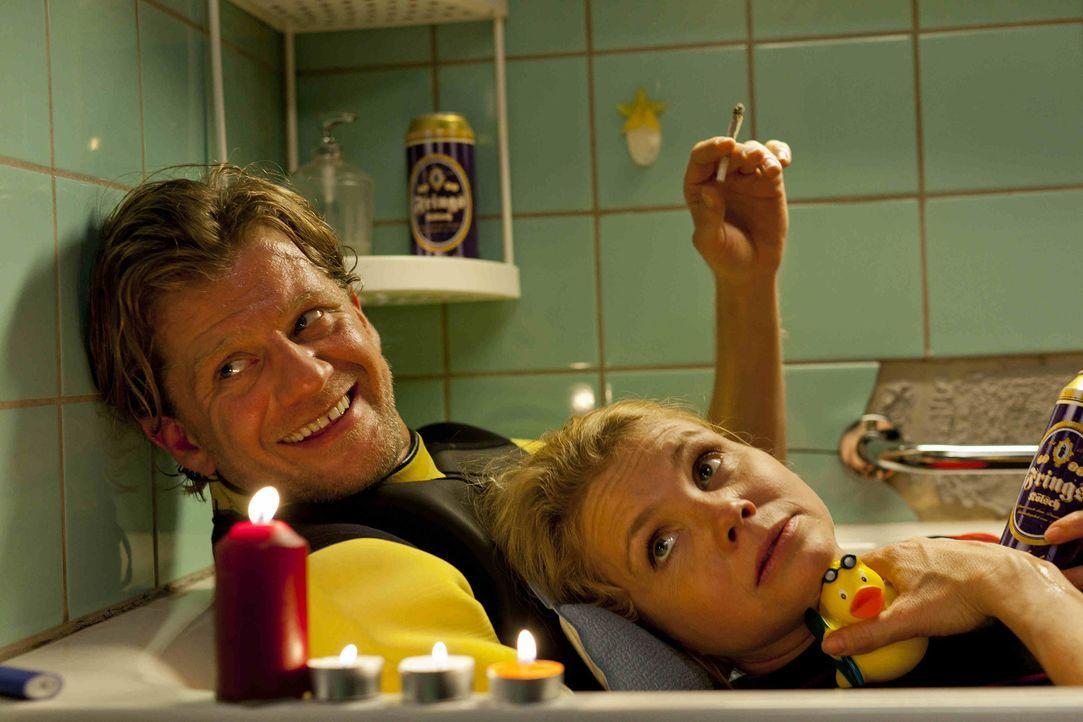 Genießen die gemeinsame Zeit: Danni (Annette Frier, r.) und Josh (Andreas Guenther, l.) ... - Bildquelle: Frank Dicks SAT.1