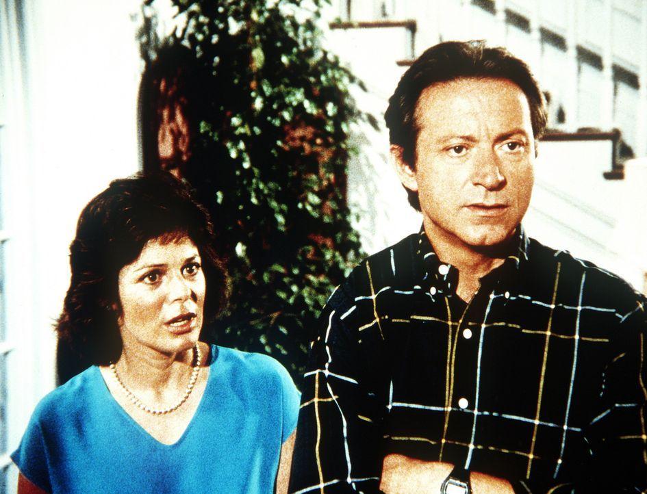 Obwohl Todds leibliche Eltern sich nie um ihren Sohn kümmern, wollen Dr. Bryant (James Sloyan, r.) und Lauren (Sheila Larken, l.) ihren Sohn nicht z... - Bildquelle: Worldvision Enterprises, Inc.